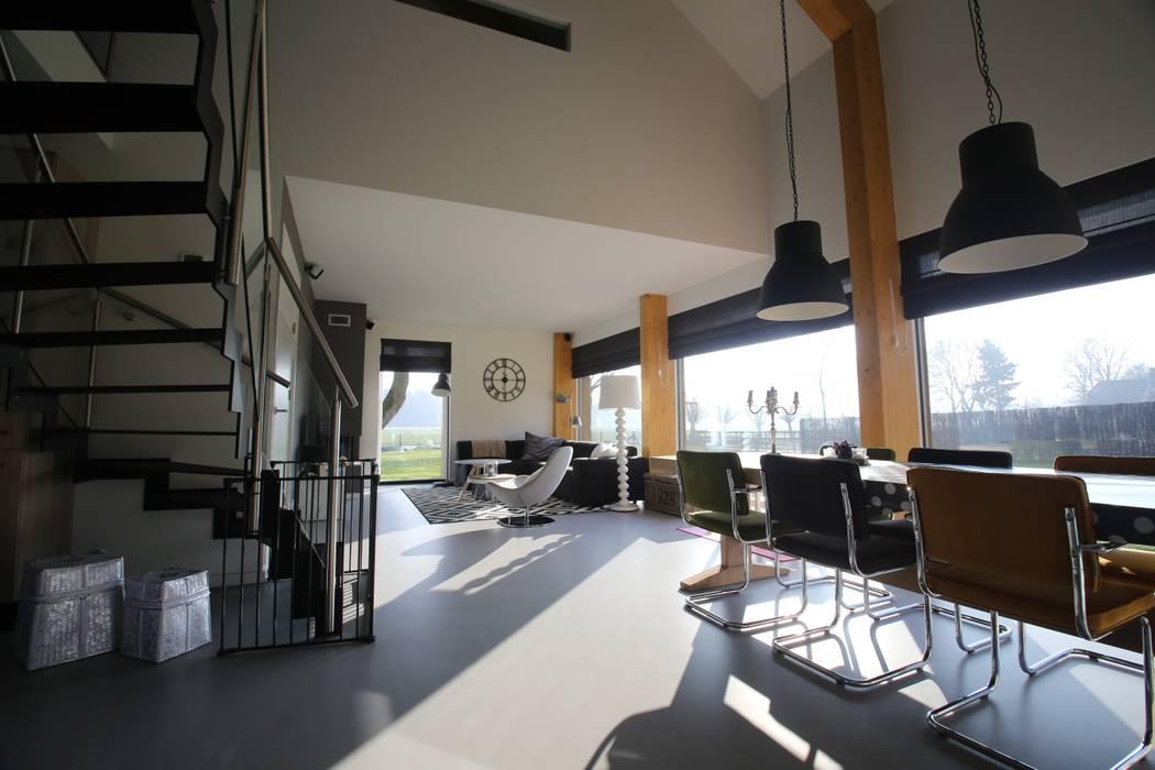 Woonkamer met vide boven de eetkamer Minimalistische woonkamers van Hoogsteder Architecten Minimalistisch
