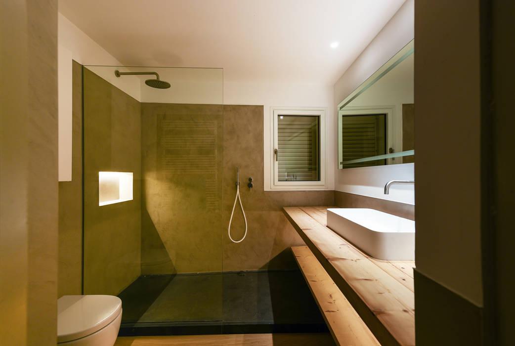 Baño principal de la vivienda Aina Deyà _ architecture & design Baños de estilo mediterráneo Pizarra Gris