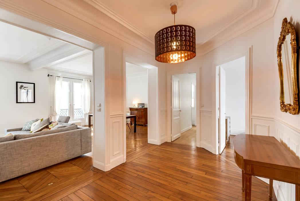 Entrée haussmanienne: Couloir et hall d'entrée de style  par Decorexpat