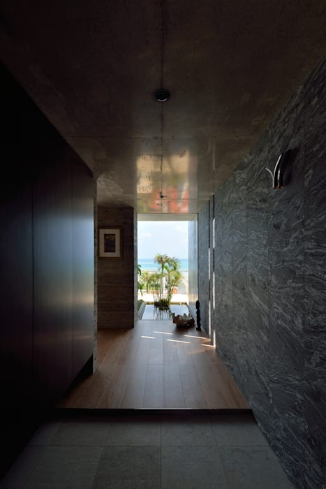 Tropical style corridor, hallway & stairs by 門一級建築士事務所 Tropical Granite