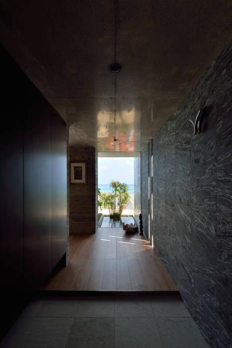 熱帶式走廊,走廊和樓梯 根據 門一級建築士事務所 熱帶風 花崗岩