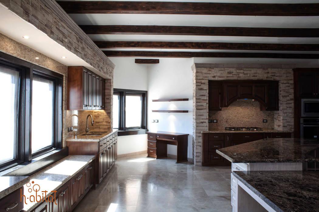 Escritorio con spots de iluminación: Cocinas de estilo clásico por H-abitat Diseño & Interiores
