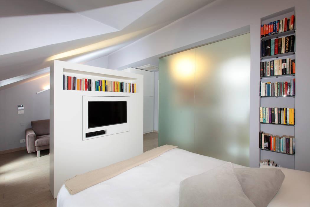 Mansarda: camera da letto in stile di architetto roberta castelli ...