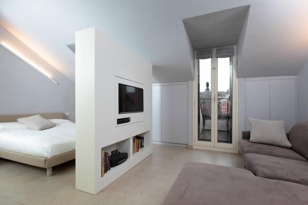 Mansarda Soggiorno minimalista di architetto roberta castelli Minimalista