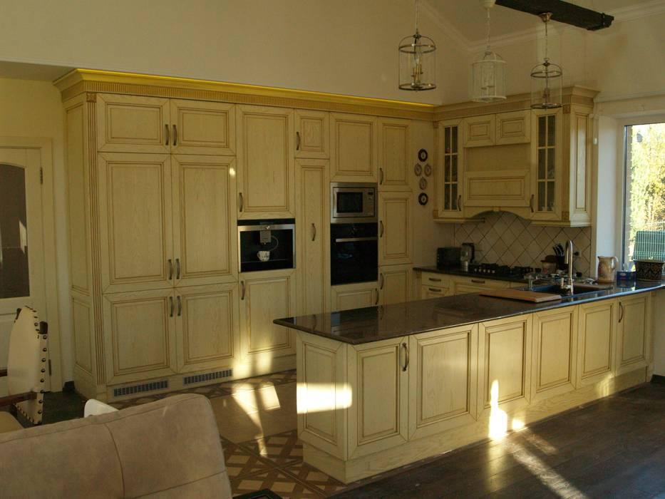 Кухня с островом от URBAN wood Классический Твердая древесина Многоцветный