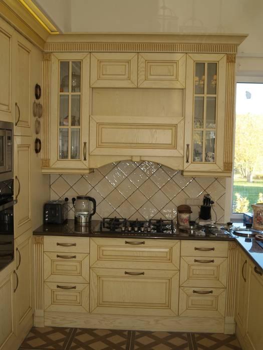 Кухня с островом:  в . Автор – URBAN wood, Классический Твердая древесина Многоцветный