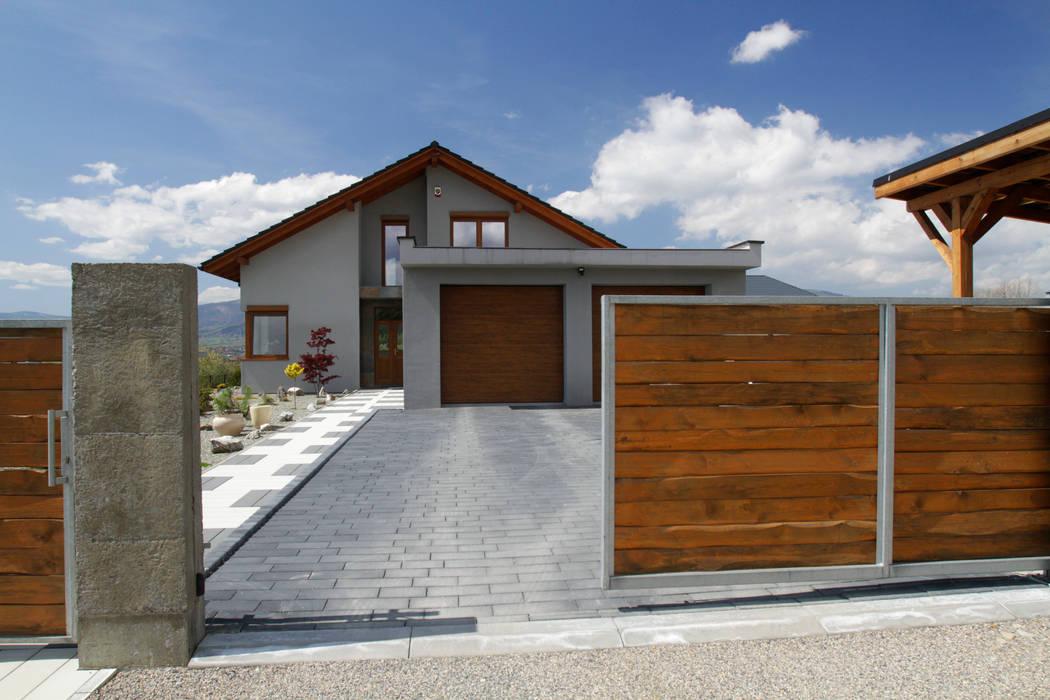 Elewacja: styl nowoczesne, w kategorii Domy zaprojektowany przez in2home