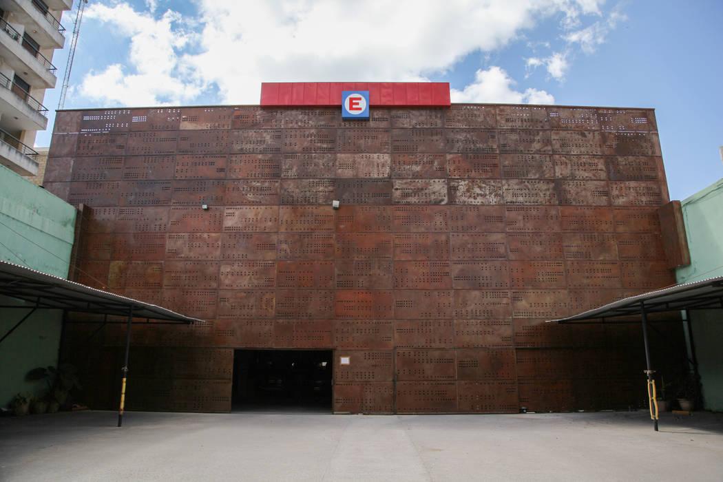 CHAPA PERFORADA A MEDIDA: Galerías y espacios comerciales de estilo  por CITTADINO