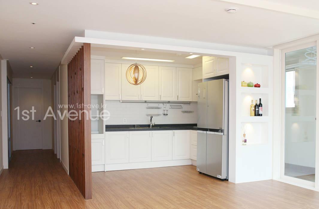 Cocinas de estilo minimalista de 퍼스트애비뉴 Minimalista