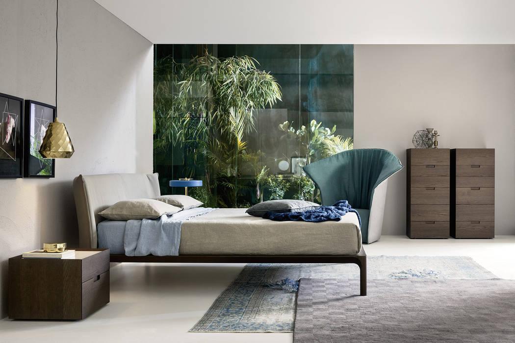 Modernes schlafzimmer mit holzbett und vielen grünen ...
