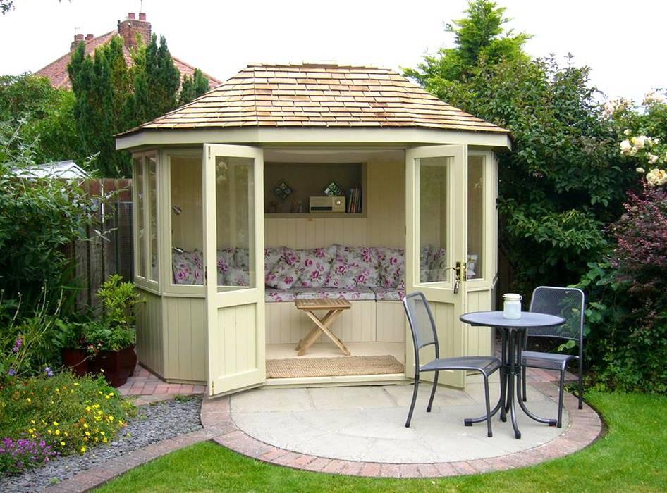 Oval Summerhouse:  Garden by Garden Affairs Ltd