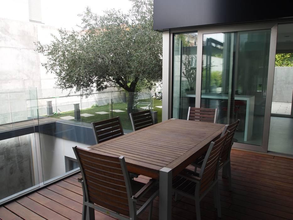 Reforma integral de vivienda unifamiliar en Aravaca Balcones y terrazas de estilo moderno de Reformmia Moderno