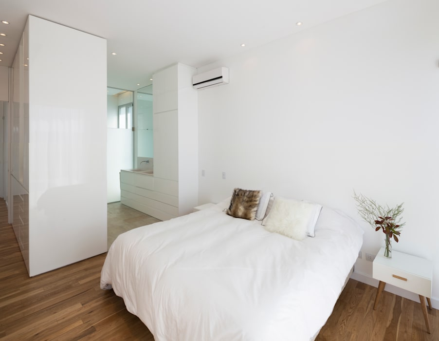 DORMITORIO EN SUITE Dormitorios minimalistas de VISMARACORSI ARQUITECTOS Minimalista