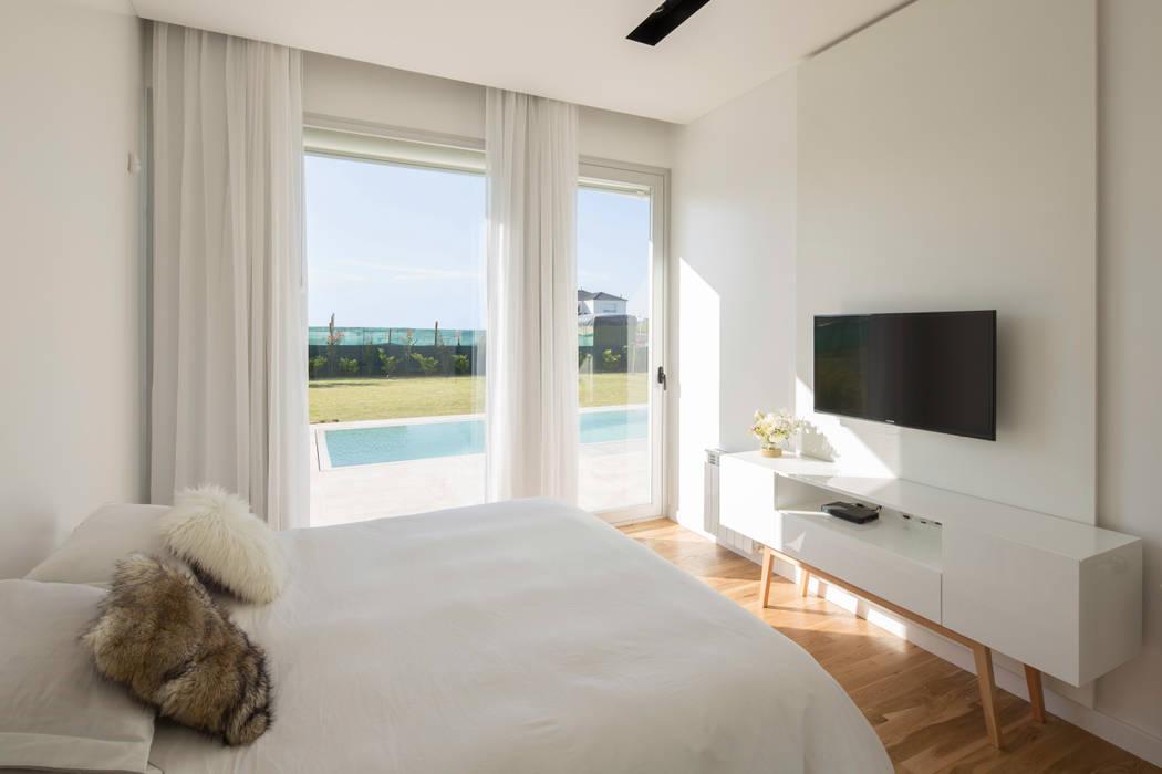 DORMITORIO EN SUITE CON VISTAS AL JARDIN Dormitorios minimalistas de VISMARACORSI ARQUITECTOS Minimalista