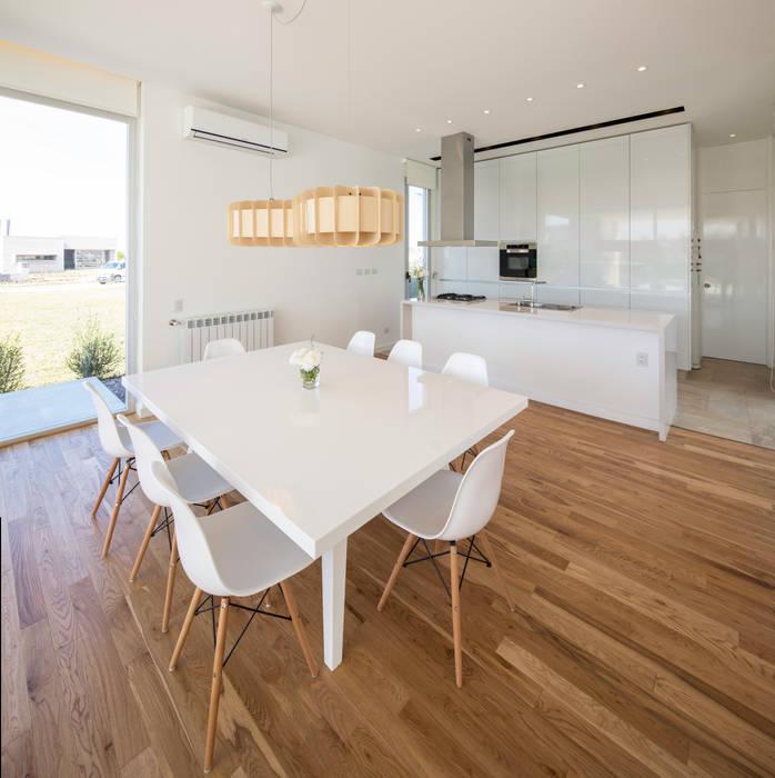 Phòng ăn phong cách tối giản bởi VISMARACORSI ARQUITECTOS Tối giản