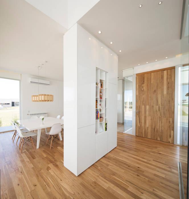 INGRESO PRINCIPAL Pasillos, halls y escaleras minimalistas de VISMARACORSI ARQUITECTOS Minimalista