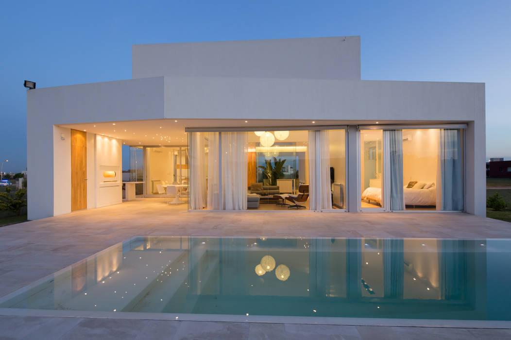 FACHADA NORTE: Casas de estilo  por VISMARACORSI ARQUITECTOS