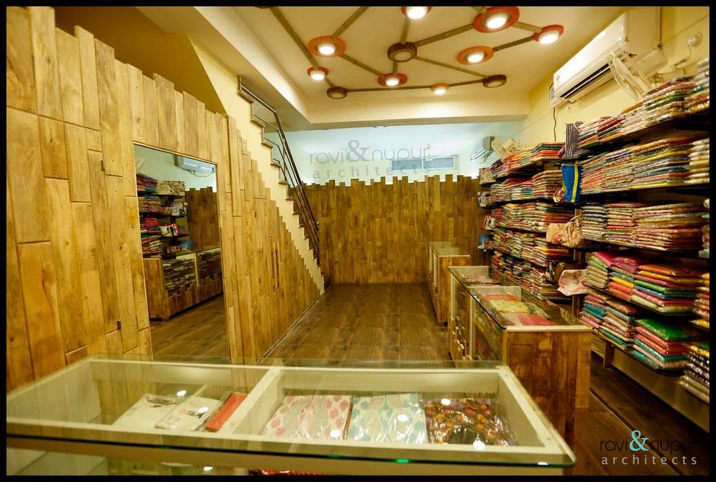 Fashion Hub-Ethnic Women's Apparel Store by RAVI - NUPUR ARCHITECTS Rustic