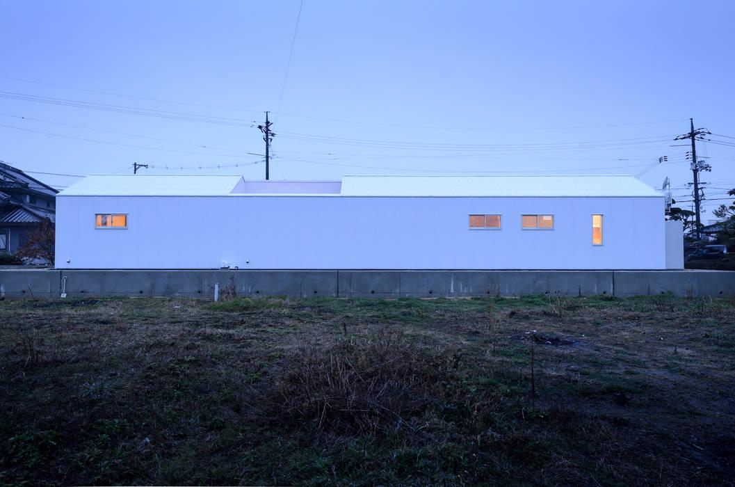 Casas modernas de 風景のある家.LLC Moderno Hierro/Acero