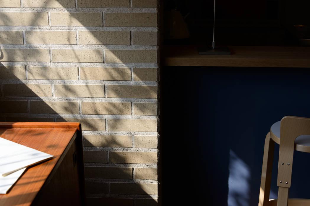 風景のアトリエ: 風景のある家.LLCが手掛けたワインセラーです。,北欧 木 木目調