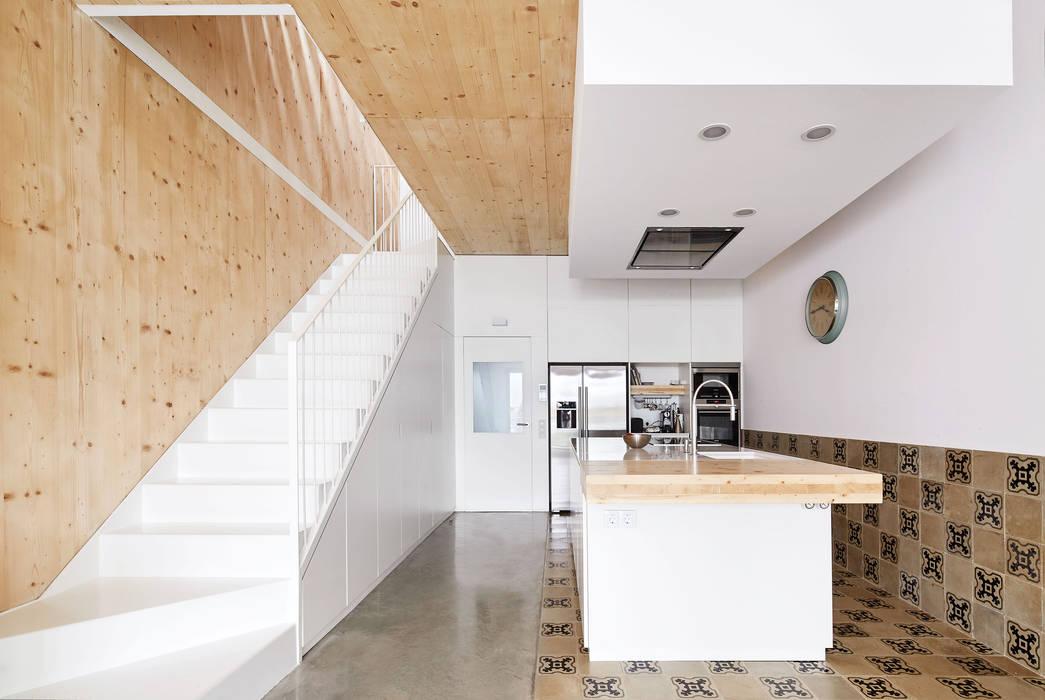 59RUT New house between dividing walls in the centre of Terrassa Cuisine minimaliste par Vallribera Arquitectes Minimaliste