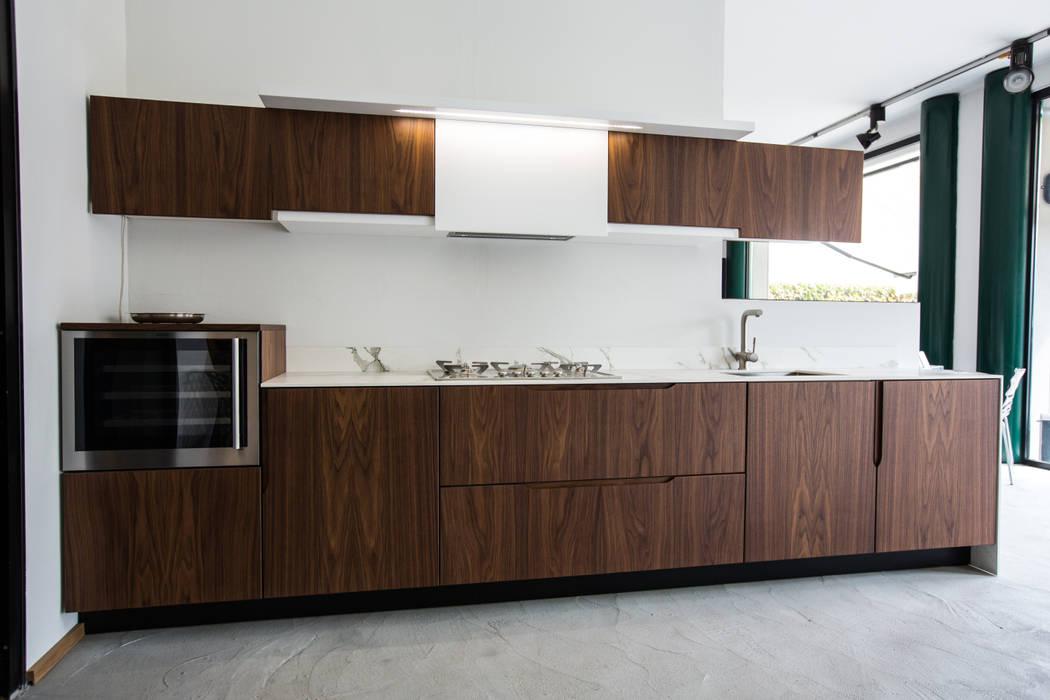 Cucina pilar in noce canaletto: cucina in stile in stile classico di ...