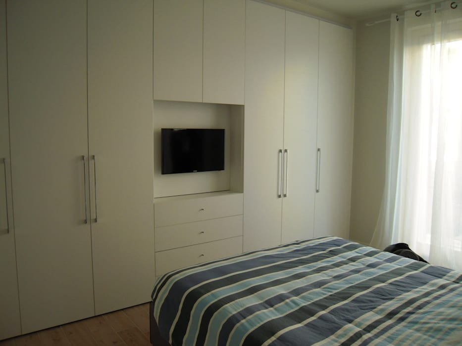 Best armadio battente con vano tv camera da letto in stile in stile moderno di arredamenti with - Tv in camera da letto ...