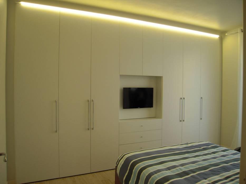 Armadio Camera Da Letto Con Vano Tv.Armadio Battente Con Illuminazione Superiore E Vano Tv Di