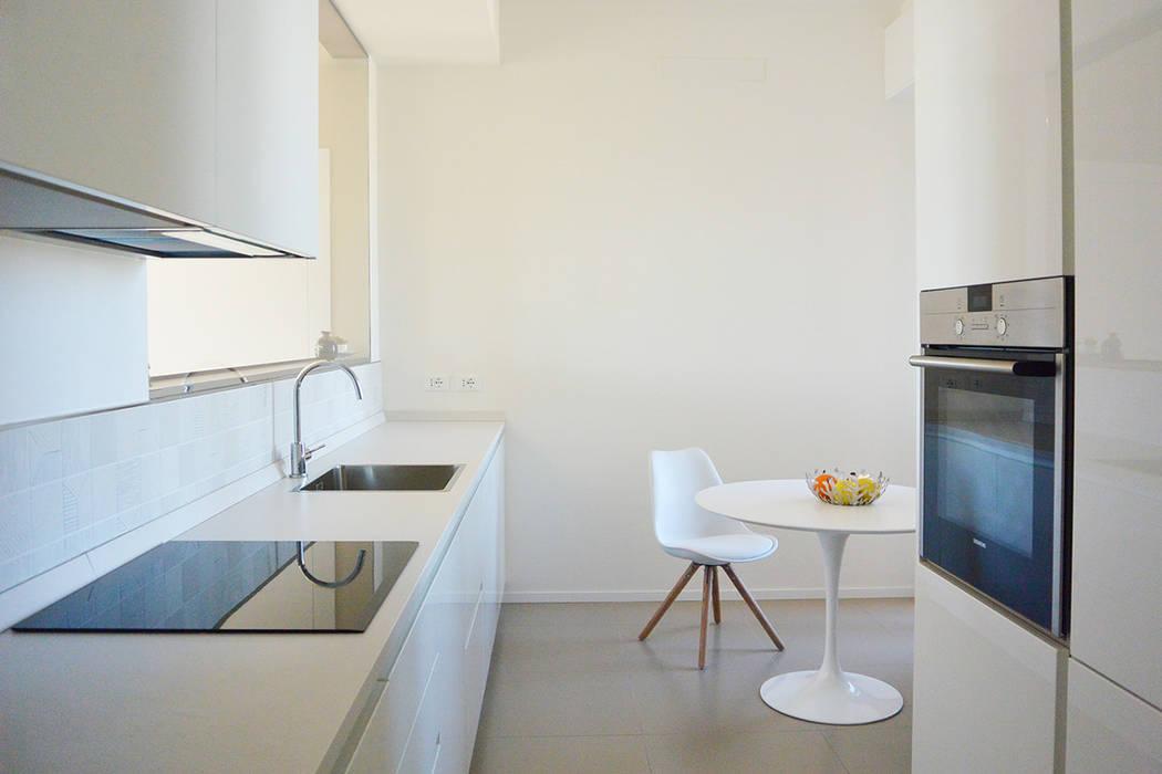 appartamento F : Cucina in stile in stile Minimalista di studiovert