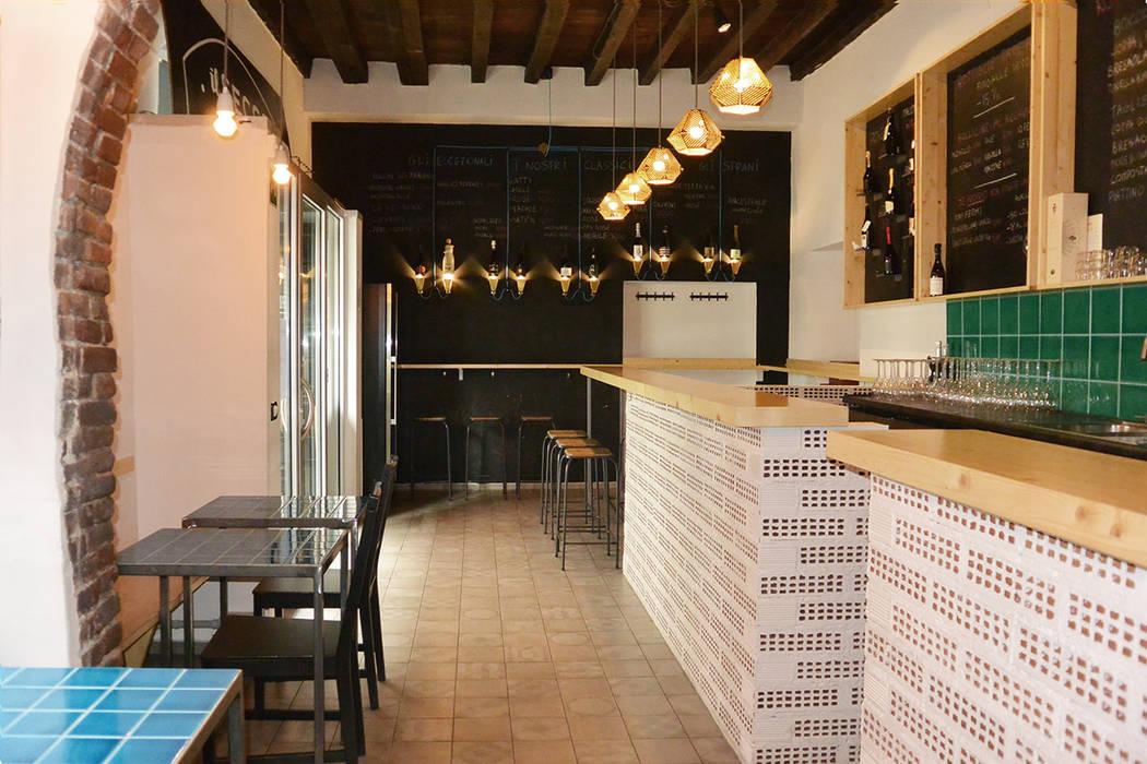 """Enoteca """"Il secco"""" : Bar & Club in stile  di studiovert"""