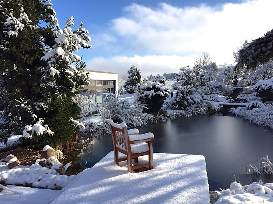 Gartenteich im Winter. Blick von der Terrasse:  Garten von homify,