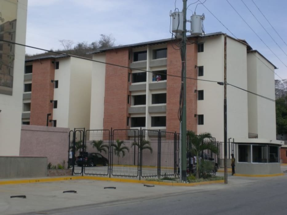 Edificaciones de tipo social: Habitaciones de estilo tropical por INVERSIONES NACSE S.A.S.