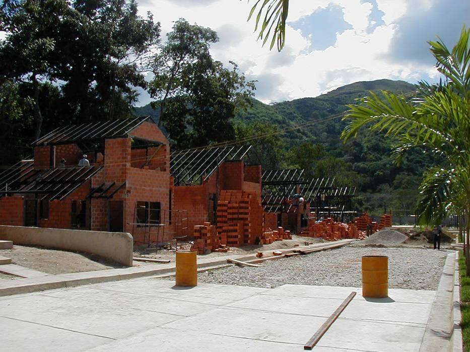 Construcción de vivienda unifamiliar: Casas de estilo  por INVERSIONES NACSE S.A.S., Tropical Hierro/Acero