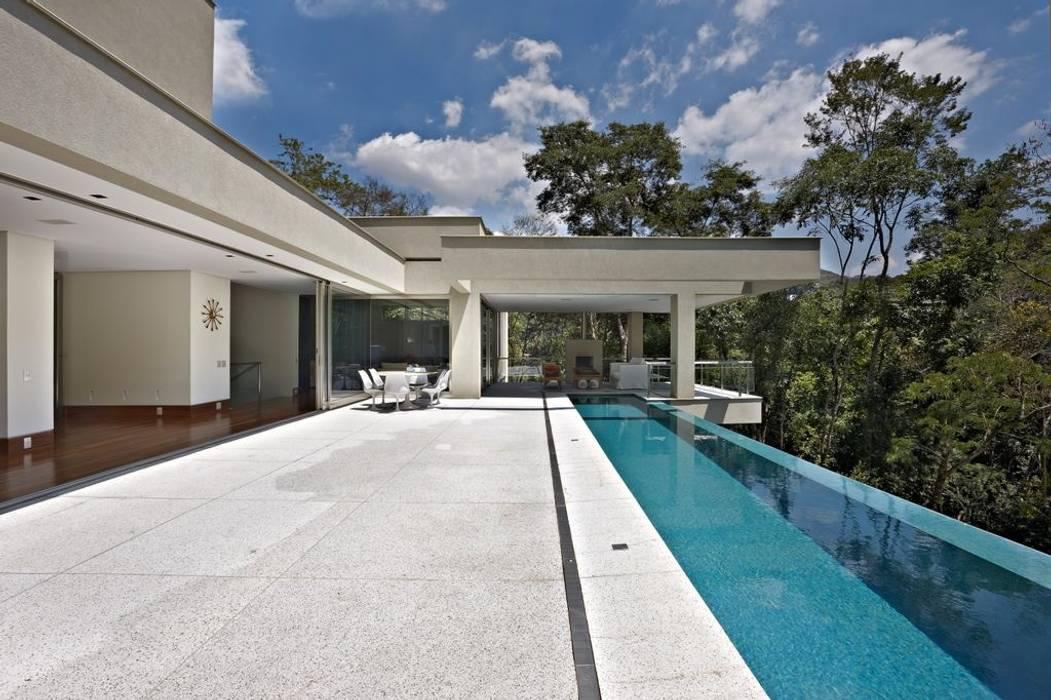 Casa Bosque da Ribeira: Piscinas  por Lanza Arquitetos