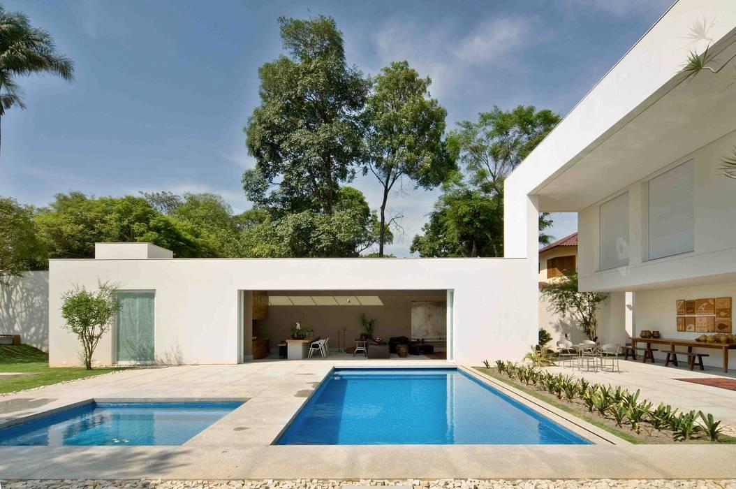 Casa na Pampulha 1- Reforma de casa existente Piscinas modernas por Lanza Arquitetos Moderno