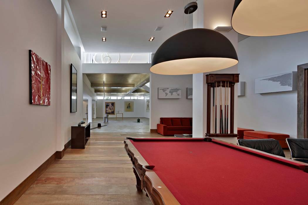 Salas multimedia de estilo  por Lanza Arquitetos,