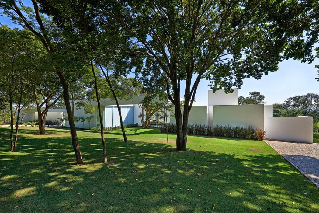 Casa na Estancia das Amendoeiras : Jardins  por Lanza Arquitetos