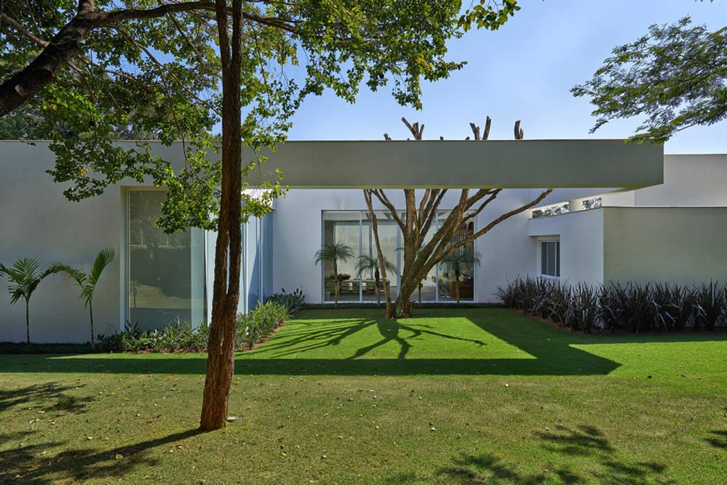 Amendoeiras Alta Modern garden by Lanza Arquitetos Modern