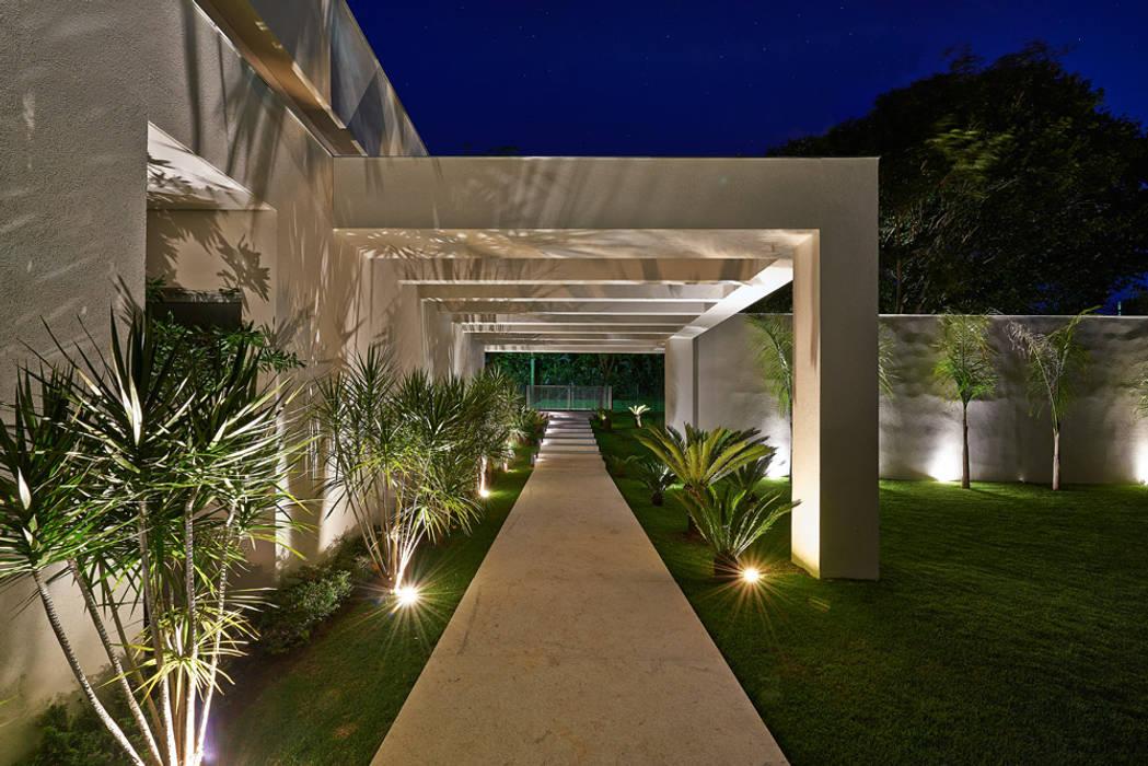 Casa na Estancia das Amendoeiras : Casas  por Lanza Arquitetos