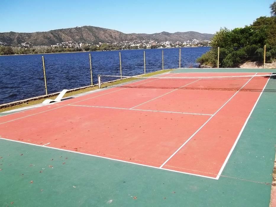 Cancha de tenis : Casas de estilo  por Liliana almada Propiedades