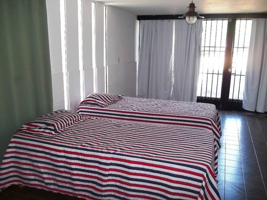 Garage: Dormitorios de estilo  por Liliana almada Propiedades