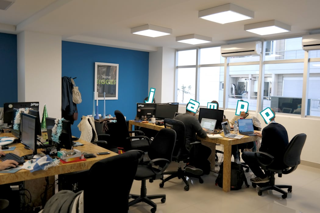 diseño de oficinas • JAMPP: Oficinas y Tiendas de estilo  por Estudio Cebra