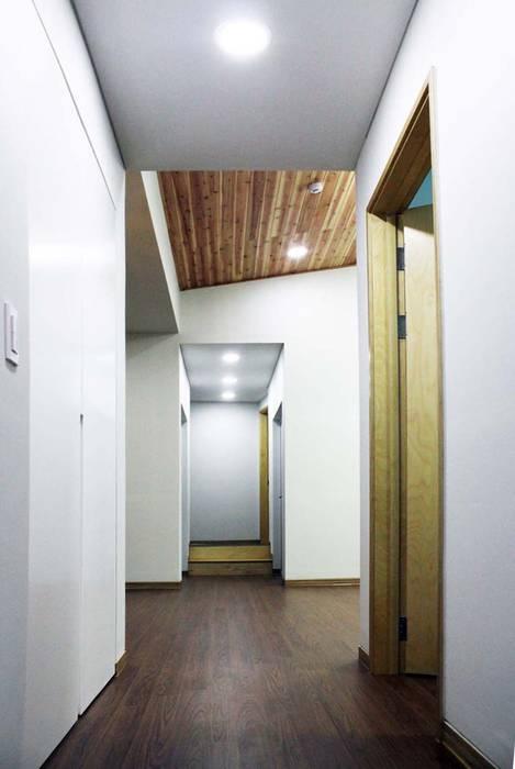 Коридор, прихожая и лестница в модерн стиле от 스투디오 테이크 Модерн