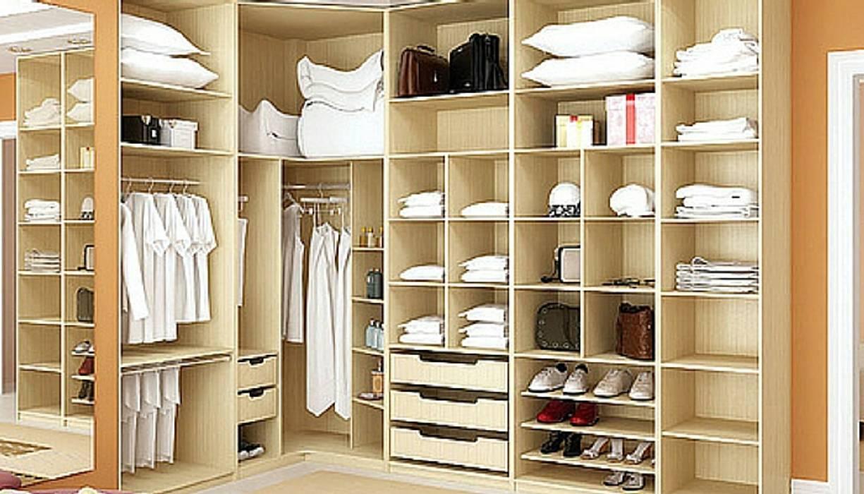A madeira ao serviço da funcionalidade, num espaço de intimidade.: Closets  por A definir - Obras e gestão de Imóveis - Unipessoal, Lda