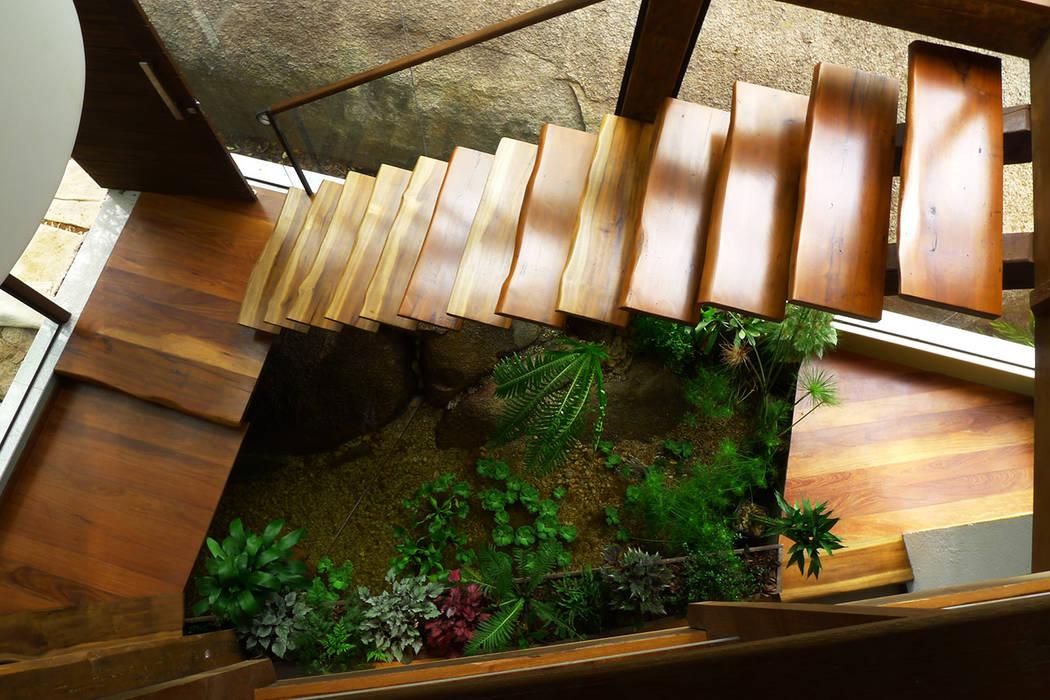 Couloir, entrée, escaliers rustiques par Baixo Impacto Arquitetura Ltda. Rustique
