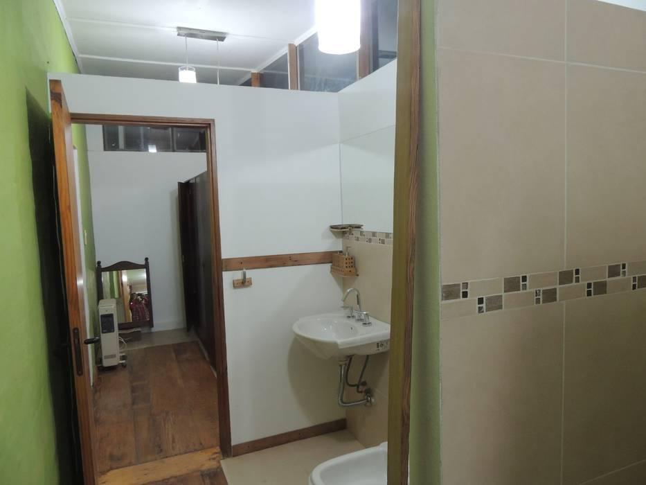 ingreso sanitarios: Baños de estilo moderno por CRISTINA FORNO