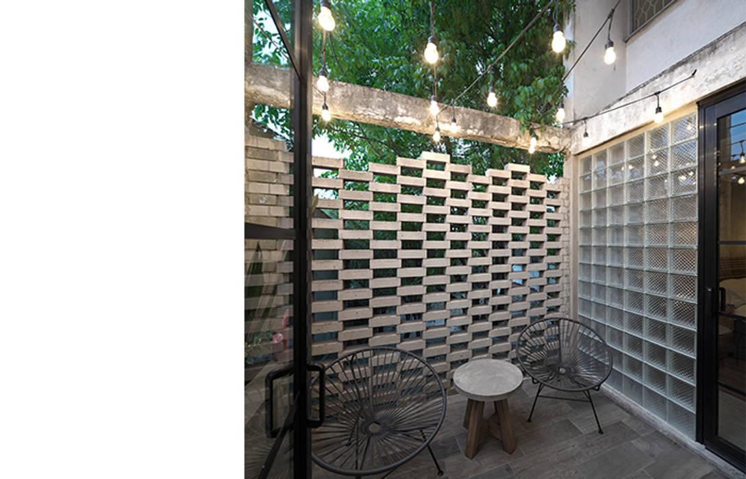 Terraza Prados#2 Balcones y terrazas de estilo industrial de MX Taller de Arquitectura & Diseño Industrial Concreto