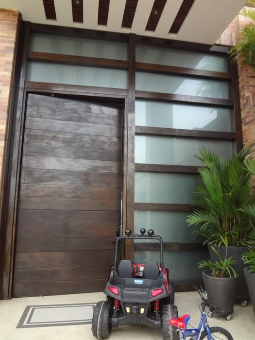 Puerta principal antes de la remodelación:  de estilo  por John Robles Arquitectos