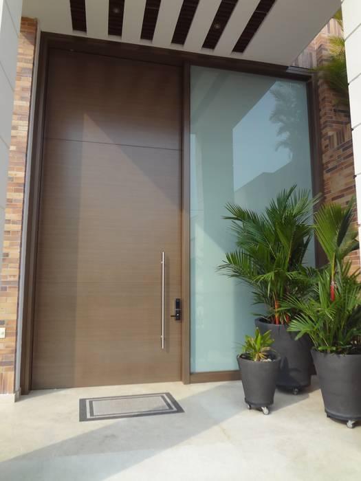 Puerta principal después de la remodelación John Robles Arquitectos Puertas y ventanas de estilo ecléctico