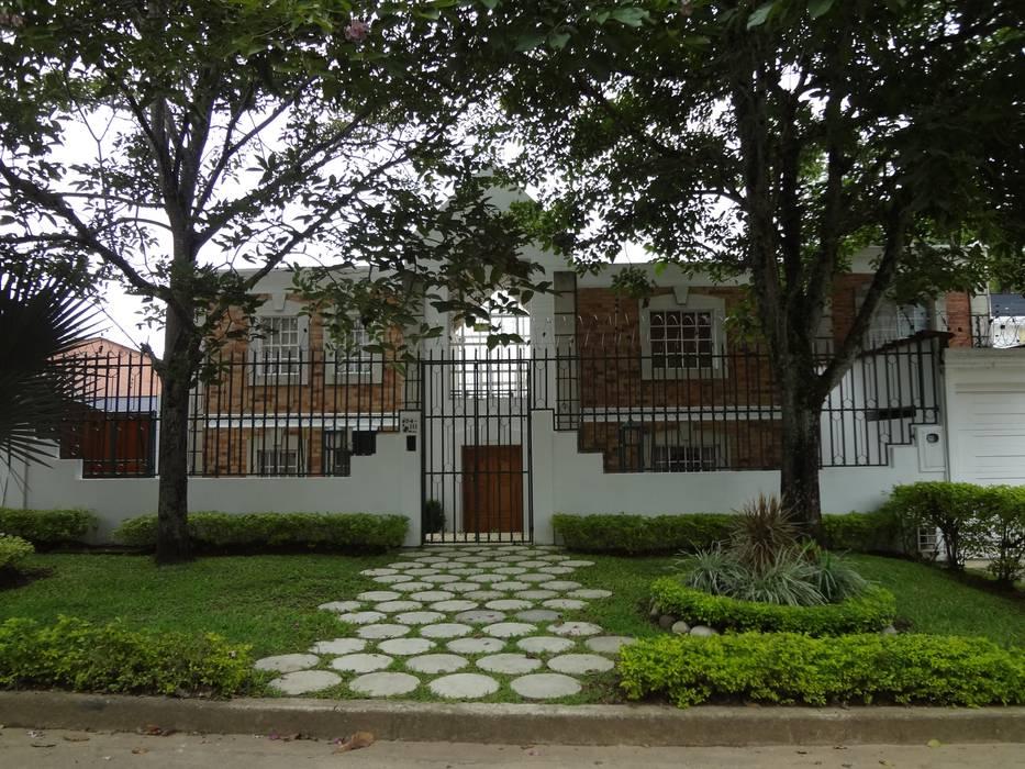 Acceso principal : Casas de estilo  por John Robles Arquitectos,